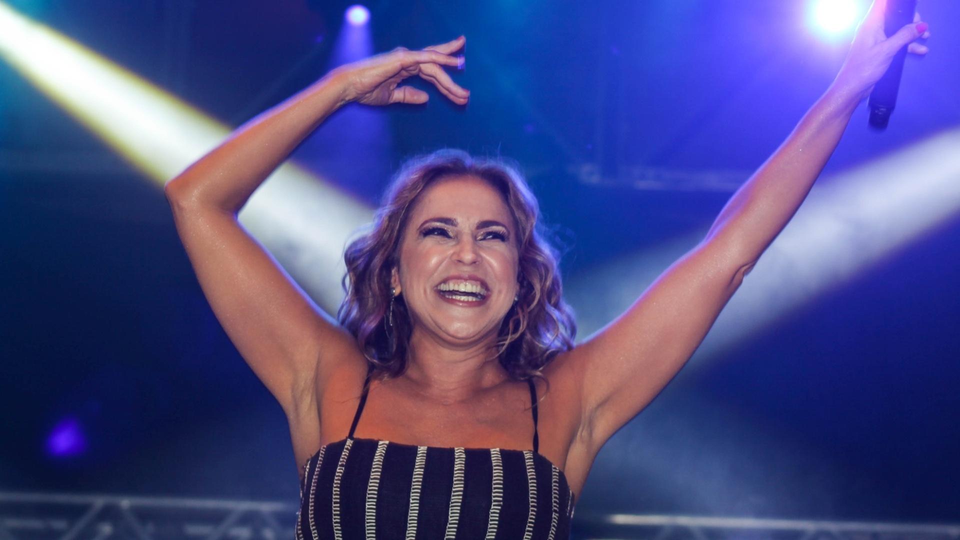 20.jun.2015 - Cantora Daniela Mercury se apresenta no palco Júlio Prestes da Virada Cultural 2015, no centro da cidade de São Paulo, na noite deste sábado (20)