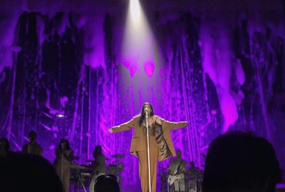 21.abr.2016 - Rihanna presta homenagem a Prince