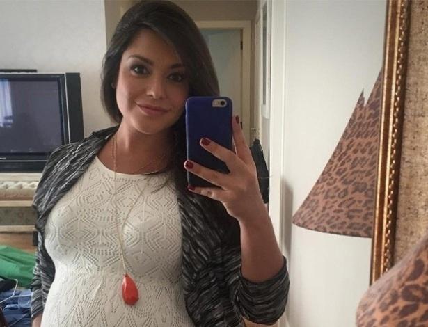 14.jul.2016- Apesar de já estar com nove meses de gravidez, Thais Fersoza não para de trabalhar. Nesta quinta-feira(16), ela postou uma foto do barrigão de Melinda, sua primeira filha com Michel Teló, que deve nascer nos próximos dias e contou novidades profissioanais.