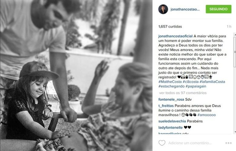 8.jan.2016 - Jonathan Costa comemora gravidez da mulher, Antônia Fontelnelle, e mostra foto de sua filha, Maithe, com a mão na barriga da atriz