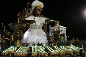 Homenageando 100 anos do samba, Peruche abre desfiles da segunda noite (Foto: Lucas Lima/UOL)