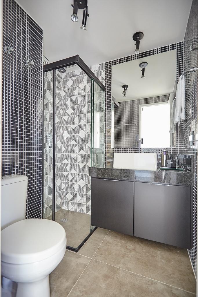 Banheiros pequenos dicas de decoração para quem tem pouco espaço  BOL Fotos -> Banheiro Com Porcelanato E Pastilha De Vidro