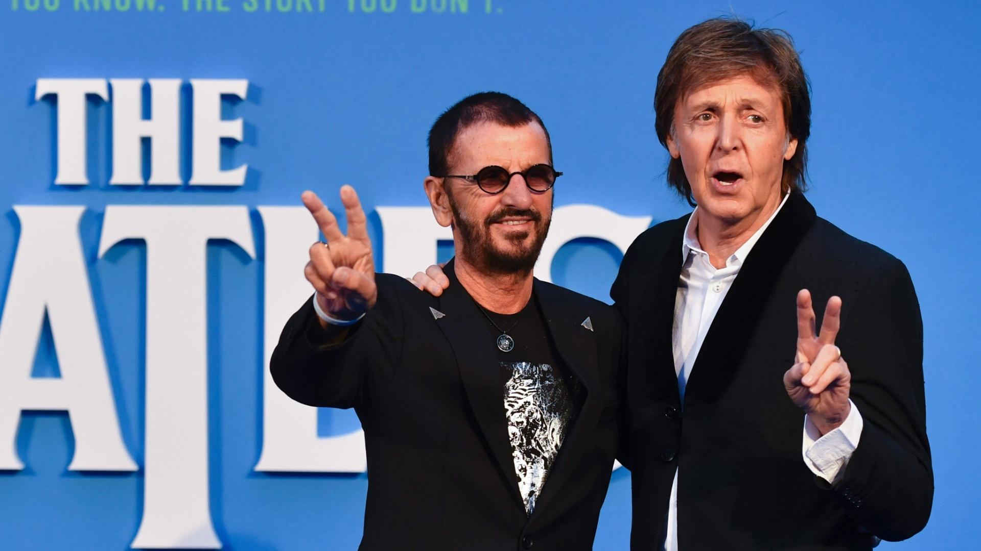 15.set..2016 - Ringo Starr e Paul McCartney posaram para foto na pré-estreia do filme