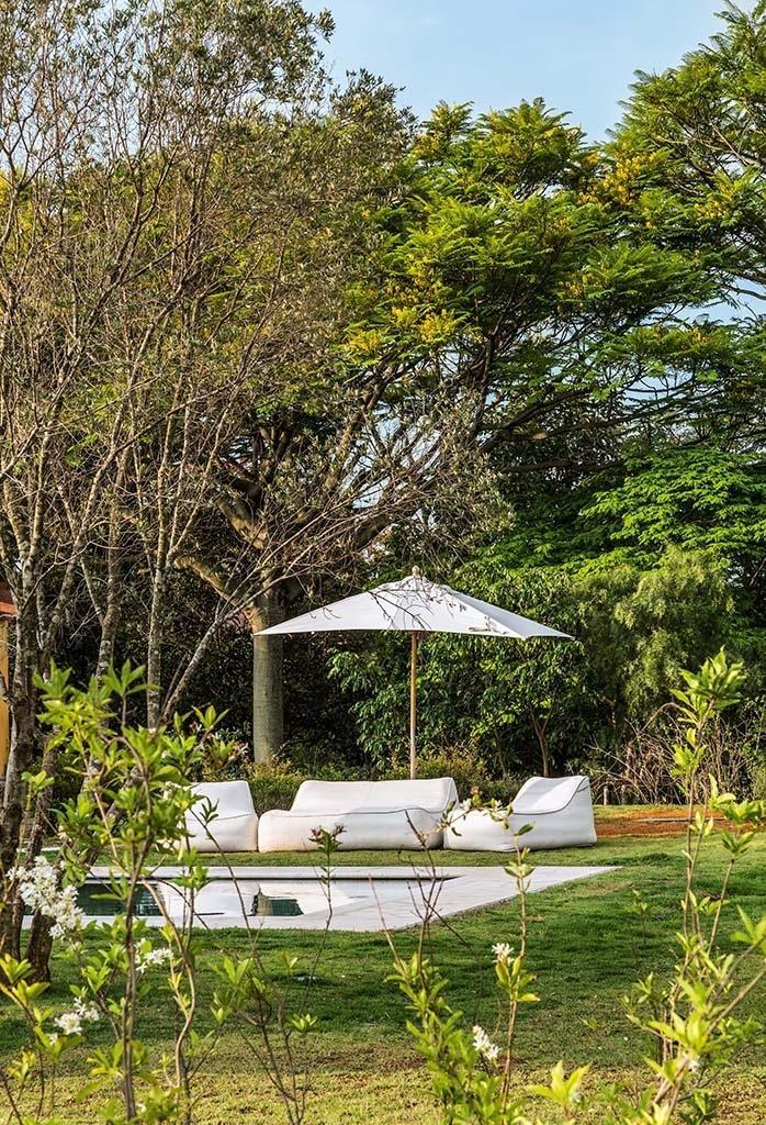 A área de lazer desta casa no interior de São Paulo foi projetada para prover momentos de relaxamento e descanso à família. O projeto foi realizado pelo arquiteto Dado Castello Branco, com paisagismo de Rodrigo Oliveira