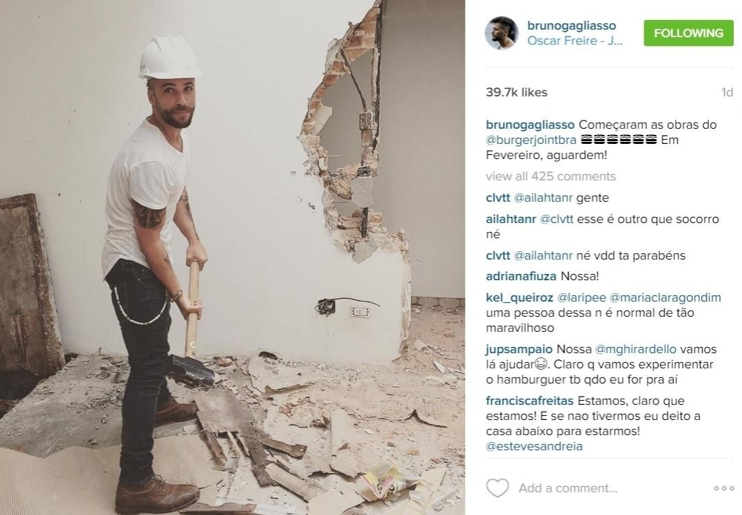 23.dez.2015 - Bruno Gagliasso não tem problema em colocar a 'mão na massa'. Em foto publicada em seu Instagram, o ator aparece de capacete e marreta na mão derrubou parte da parede em um imóvel no qual funcionará seu novo empreendimento, uma hamburgueria em São Paulo