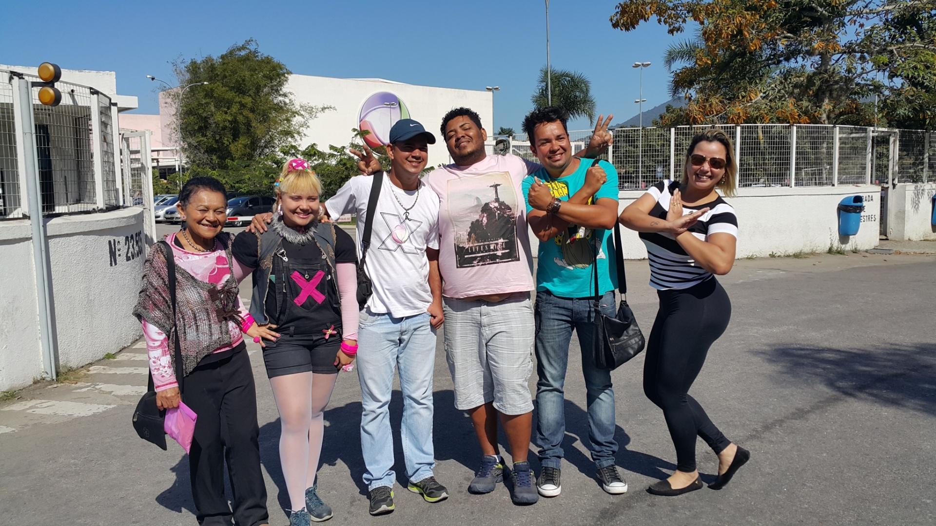 11.ago.2015 - Fãs se reúnem em frente ao Recnov, complexo de estúdios da Record no Rio de Janeiro, antes do início da coletiva de imprensa do novo programa de Xuxa Meneghel