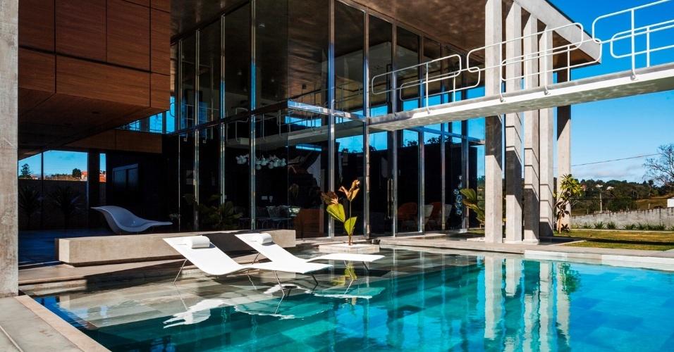 Na casa Botucatu, os espaços são organizados em diferentes blocos sob uma espaçosa cobertura de concreto aparente, que faz referência à arquitetura moderna paulista, sobretudo ao trabalho de João Batista Vilanova Artigas (1915-85). Muito aberta, a residência foi projetada pelo escritório FGMF Arquitetos