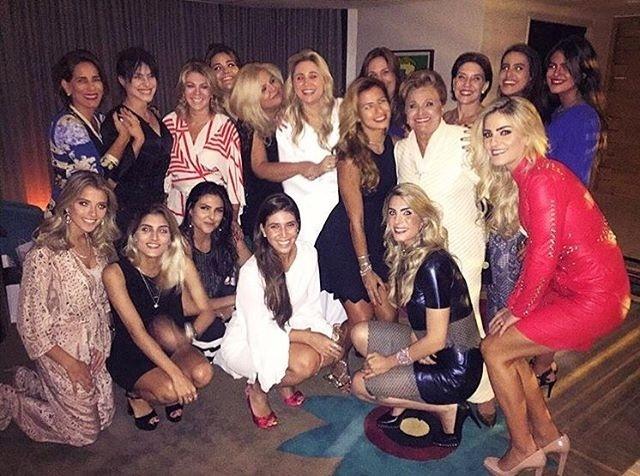 """25.dez.2015 - """"Morais.. Familia mais linda do mundo (só as mulheres)"""", escreveu a atriz e cantora Antonia Morais (de azul, à direita), que aparece na foto com a mãe, Gloria Pires, e com as irmãs Cleo Pires e Ana Morais, além de mais membros da família"""