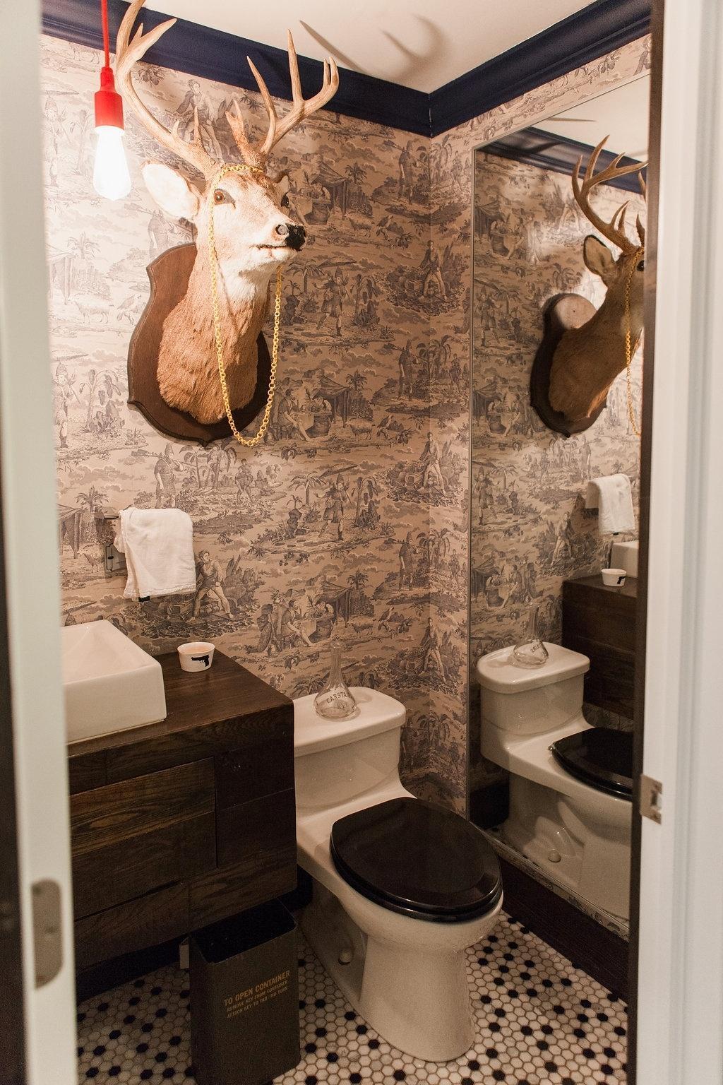 de alce decorado com um colar papel de parede em preto e branco #B61B15 1024x1536 Banheiro Com Azulejo E Papel De Parede