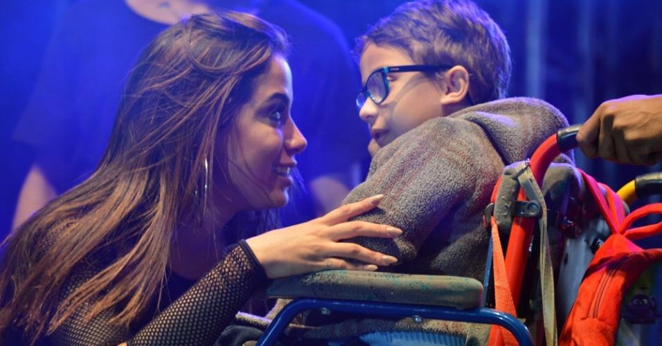 29.jul.2016 - Muito simpática, Anitta recebeu no palco um garoto em uma cadeira de rodas