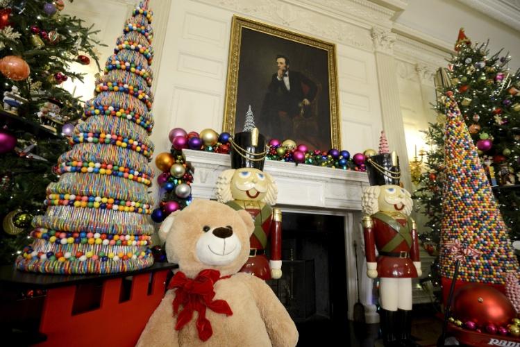 ideias para decorar arvore de natal branca: de madeira decoram a árvore de Natal na sala de jantar da Casa Branca