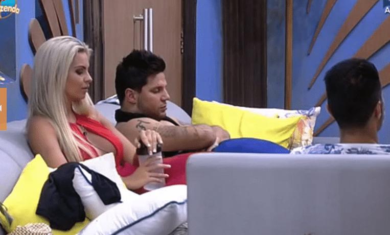 29.set.2015 - À espera do início da votação, JP perguntou se Veridiana achava o apresentador Roberto Justus bonito: