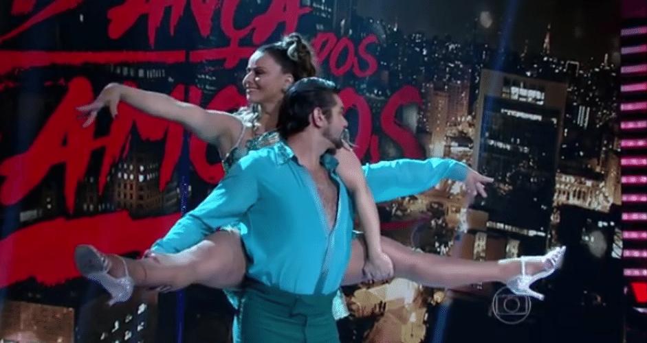 8.nov.2015 - Queridinhos do público na internet, Arthur Aguiar e Viviane Araújo travam uma disputa pelo topo da