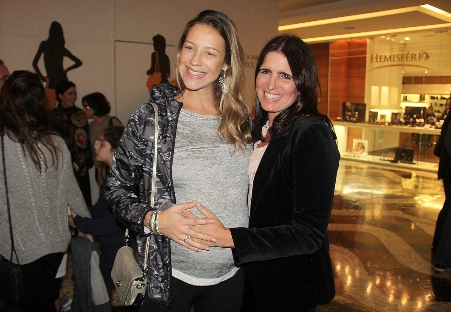 19.jun.2015- Grávida de gêmeos, Luana Piovani ganha um carinho na barriga de Malu Mader na estreia da peça #broncadequê?