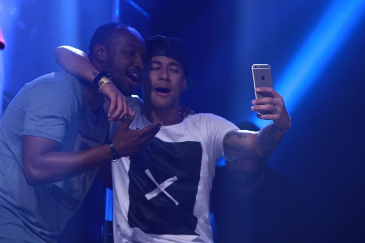 16.jul.2015 - Neymar faz selfie com Thiaguinho no palco do Audio Club, na Barra Funda, na zona oeste de São Paulo, durante o show