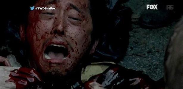 [AMC'S THE WALKING DEAD] - Ninguém assiste mais... - Página 2 No-ultimo-episodio-glenn-steve-yeun-e-devorado-por-zumbis-apos-cair-de-uma-lixeira-1445864421411_615x300