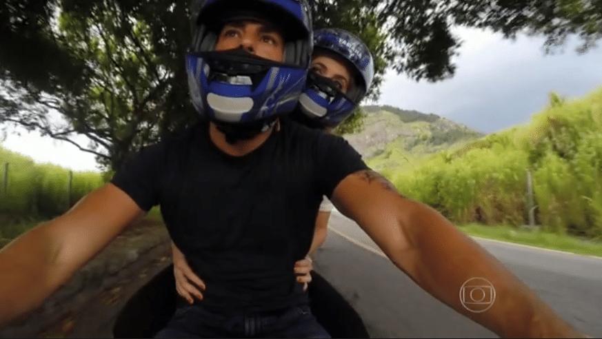 17.jan.2015 - Cauã Reymond oferece passeio de moto à repórter Poliana Abritta, do
