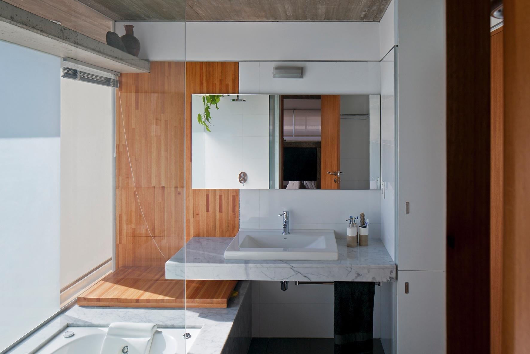 de vidro jateado que protegem a banheira do corredor externo de  #734224 1772x1182 Banheira Para Banheiro De Apartamento