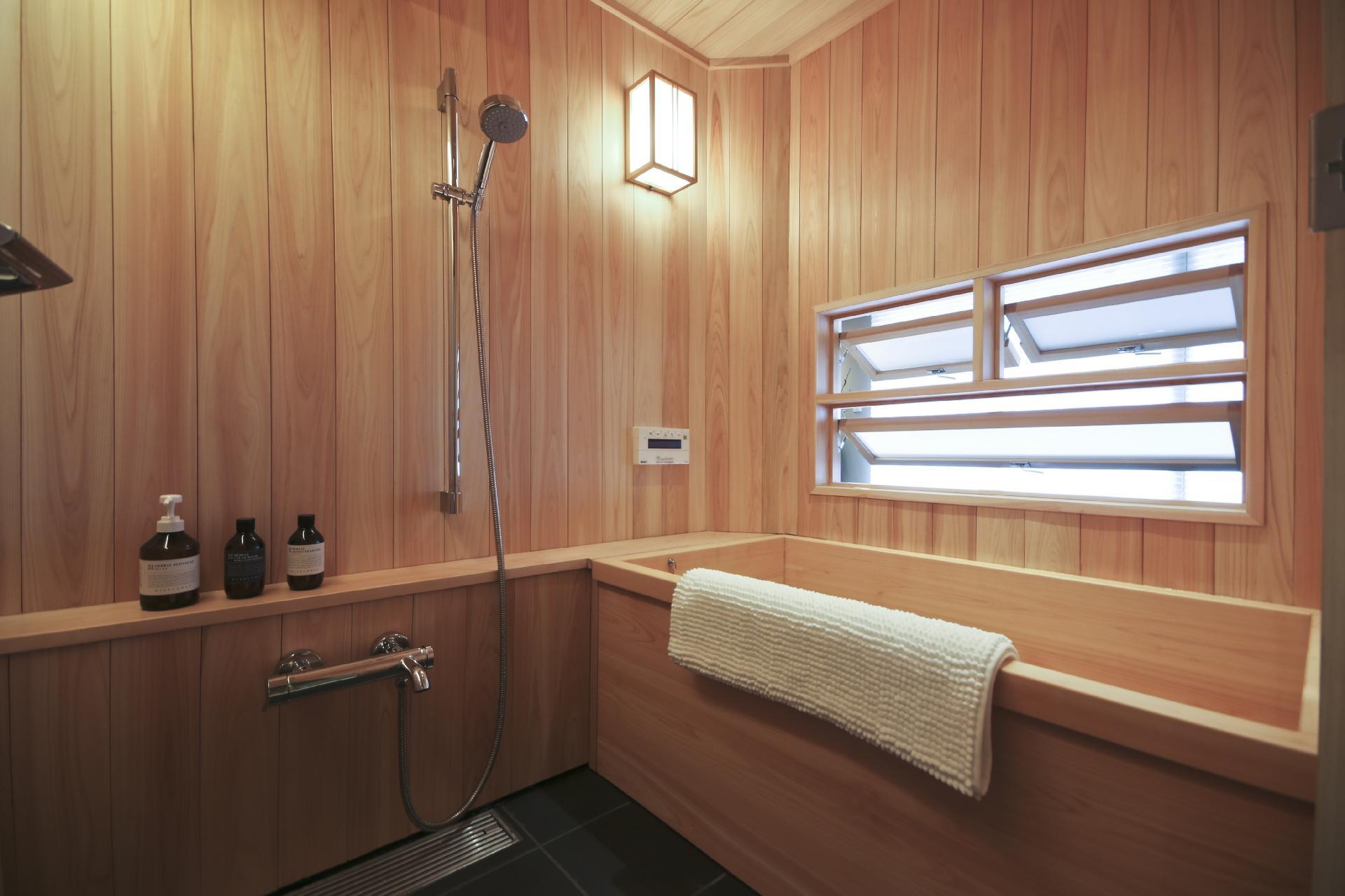 #8C733F Feito em madeira o banheiro acima está localizado em Ginza distrito  1920x1279 px ver banheiros pequenos com banheira