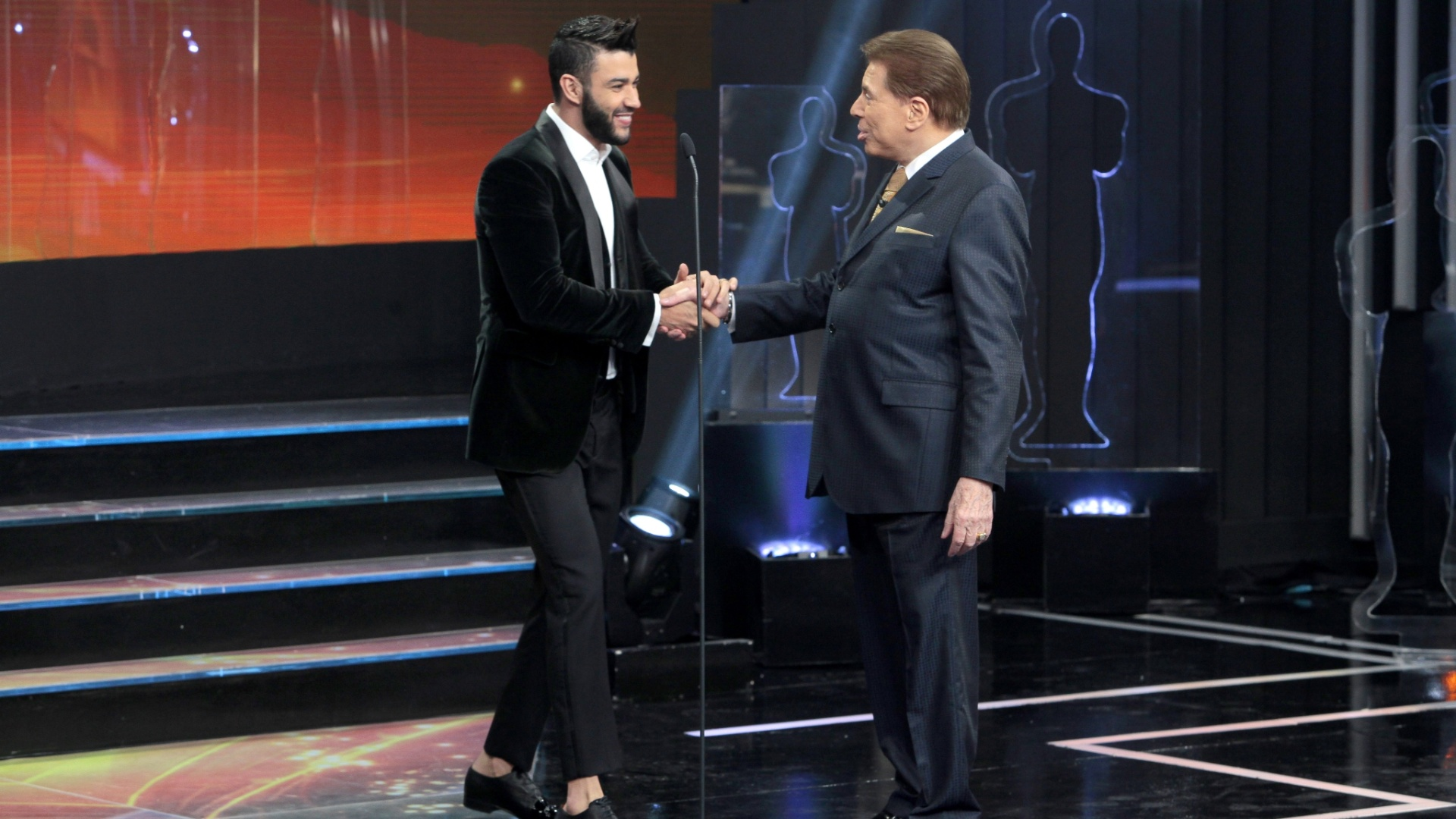 Silvio Santos recebe o cantor Gusttavo Lima no palco do Troféu Imprensa