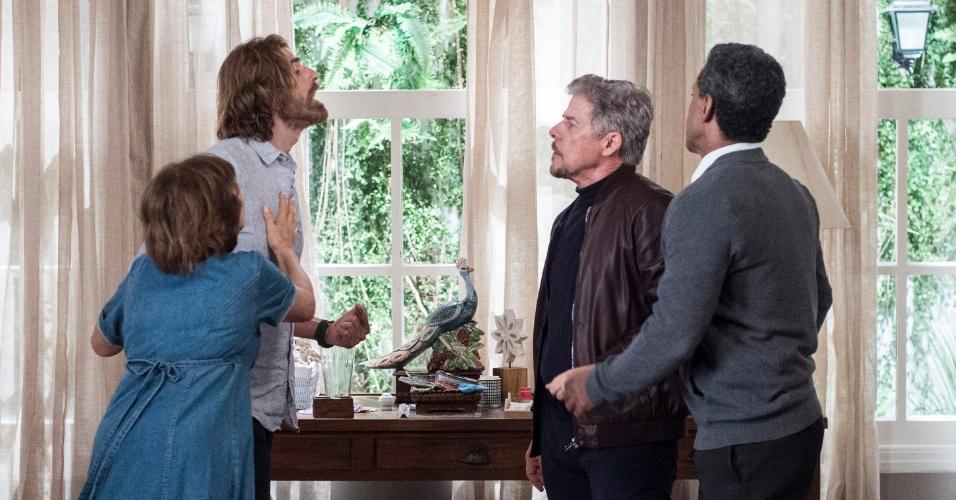 Pedro (Reynaldo Gianecchini) se depara com Tião (José Mayer) na pensão de Zuza (Ana Rosa) e os dois acabam se estranhando