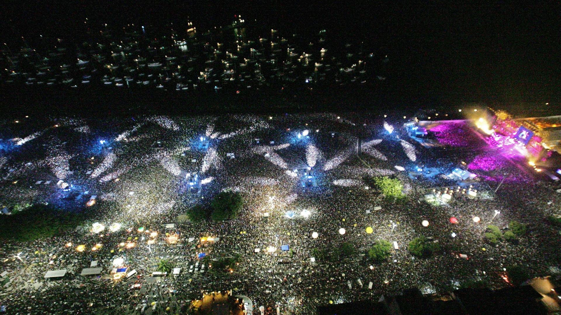 18.fev.2006 - Vista aérea do público que assistiu ao show dos Rolling Stones na praia de Copacabana, no Rio de Janeiro. A multidão foi estimada em 1,2 milhão de pessoas