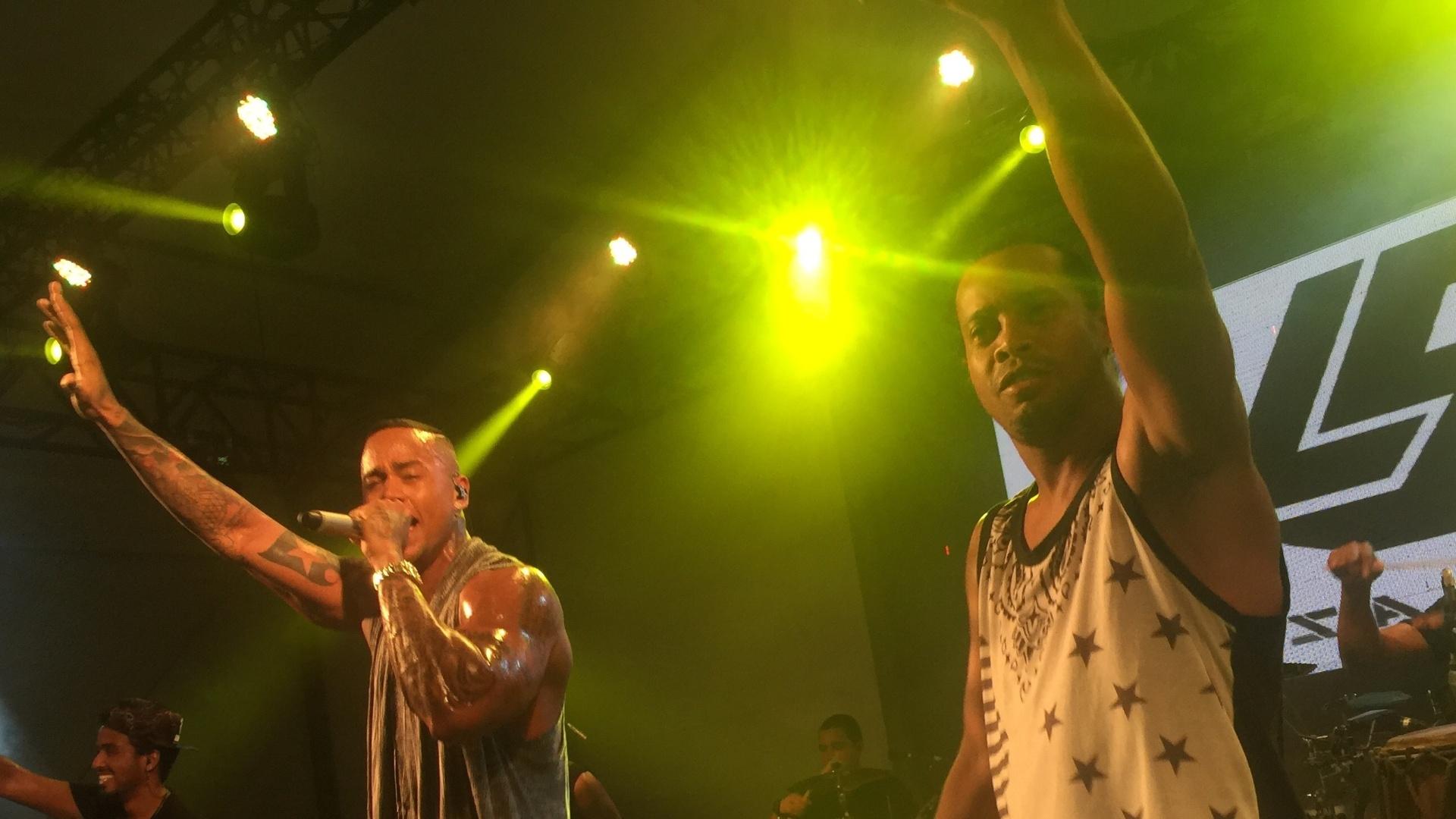 5.fev.2015 - Ronaldinho ao lado de Leo Santana no show do cantor no Carnaval de Salvador