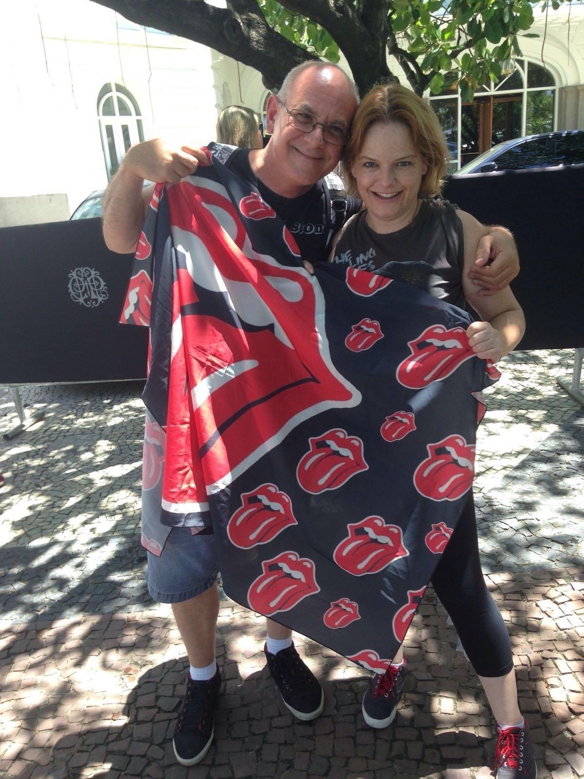 20.fev.2016 - O casal Val Stone, 47, e Fabiana Drobinich, 37, veio de Limeira (SP) para o show dos Rolling Stones no Maracanã