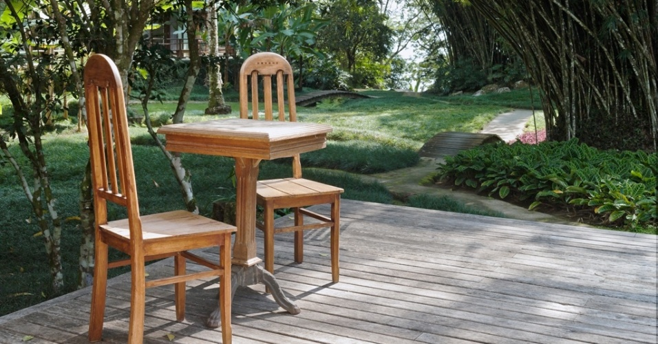 Nas varandas do jardim no sítio da Ilha Grande (RJ), parte dos móveis de madeira foram projetados pela arquiteta e paisagista Tania Manela Kurc. A execução é do marceneiro Gildemberg Batista, que também assina os decks em ipê champanhe. O jardim, com desenho de Kurc, levou o Prêmio Casa Claudia Design de Interiores, em 2015, na categoria