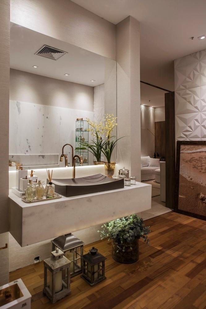 Na Casa de Praia criada por Vanessa Martins para a Casa Cor Pará, a bancada da pia é feita de mármore e os metais dourados afirmam o estilo requintado do banheiro | O projeto está exposto na mostra (www.casacor.com.br) até 29 de novembro de 2015