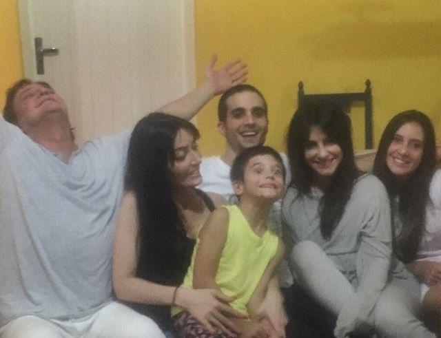 """20.dez.2015 - Fábio Jr. teve um domingo em família ao lado dos filhos Tainá, Fiuk, Záion, Cleo Pires e Krizia. """"Sabem o que é isso?!? ....AMOR!!!"""", escreveu o cantor"""