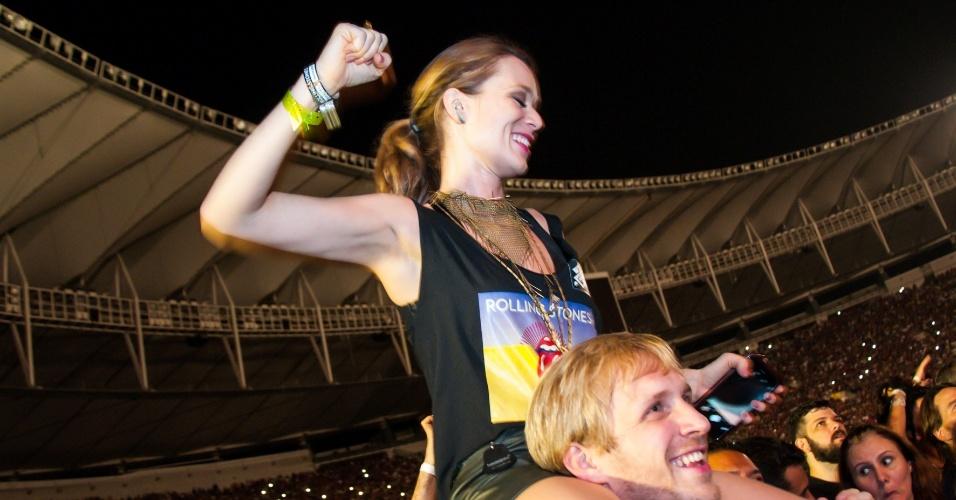 20.fev.2016 - A atriz Mariana Ximenes era uma das mais animadas da turma do camarote no show dos Rolling Stones no Maracanã, no Rio