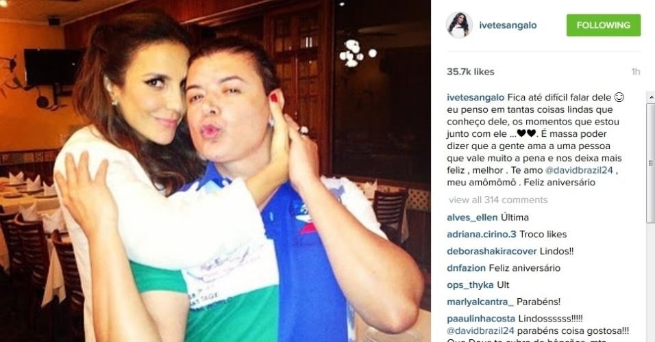 25.jul.2015 - Amigo dos famosos, David Brazil é homenageado por Ivete Sangalo no dia de seu aniversário de 46 anos