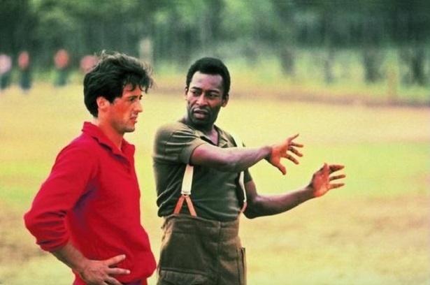 Sylvester Stallone e Pelé em cena do filme