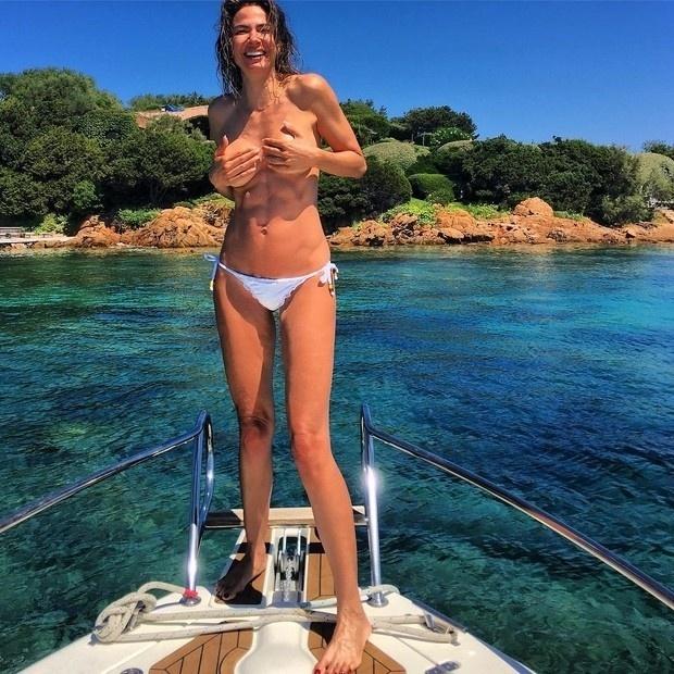 19.set.2016- Luciana Gimenez volta e meia surge nas redes sociais à vontade demais com decotes, fendas e transparências, mas nesta segunda-feira (19), ela resolveu fazer mesmo um topless e compartilhar a imagem no Instagram. Na foto, a apresentadora aparece sorridente com as mãos escondendo os seios durante um passeio de barco na Itália.