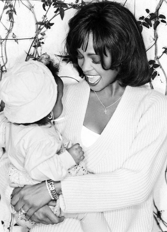 Whitney Houston com a filha, Bobbi Kristina Brown, no colo