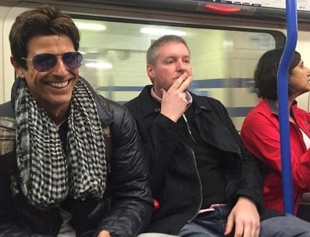 """25.nov.2015 - Reynaldo Gianecchini está curtindo as férias em Londres após o final de """"Verdades Secretas"""". O ator mostrou que é gente como a gente e publicou em sua página no Facebook uma foto andando no metrô de Londres como um anônimo"""