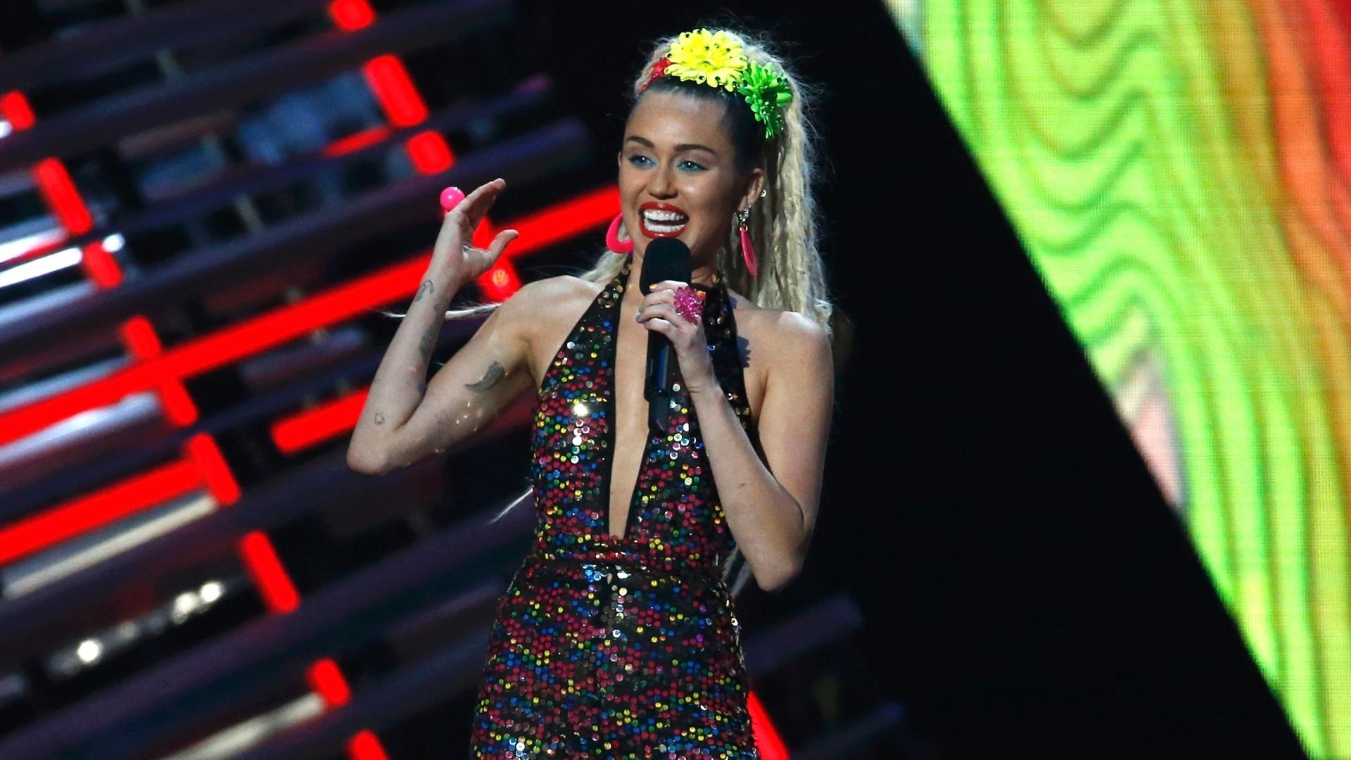 30.ago.2015 - Miley Cyrus foi a apresentadora da noite no VMA 2015, em Los Angeles