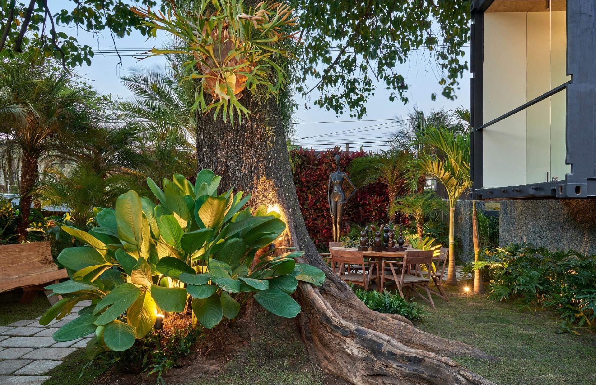 No jardim - Inspire-se no espaço de Droysen Tomich para a Casa Cor Minas: instale pontos de luz estratégicos na sua área verde e destaque as cores e texturas das plantas | A mostra (www.casacor.com.br) fica em cartaz até 6 de outubro de 2015