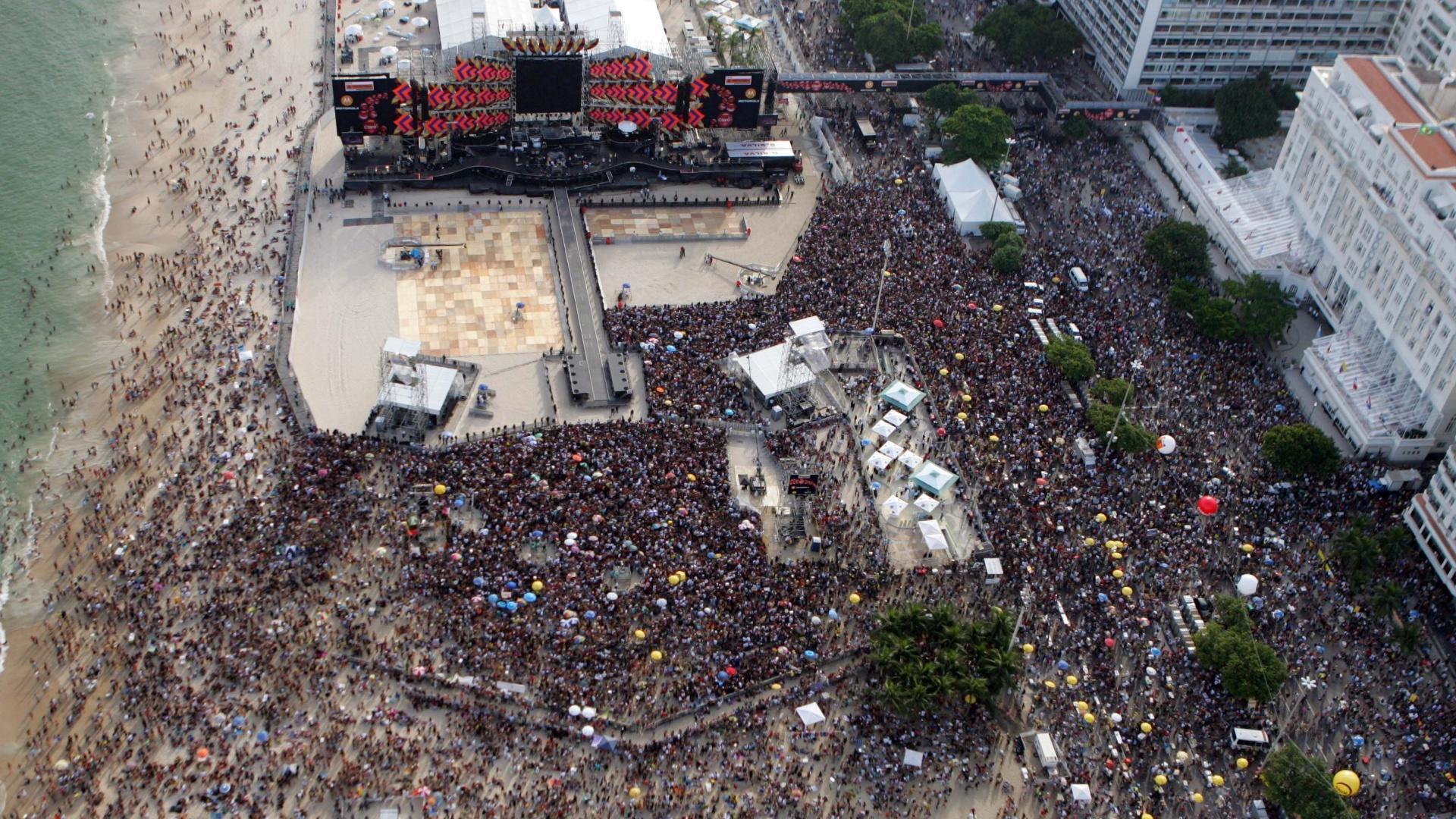 18.fev.2006 - Público começa a chegar para o show gratuito dos Rolling Stones na praia de Copacabana, no Rio de Janeiro, que reuniu 1,2 milhão de pessoas