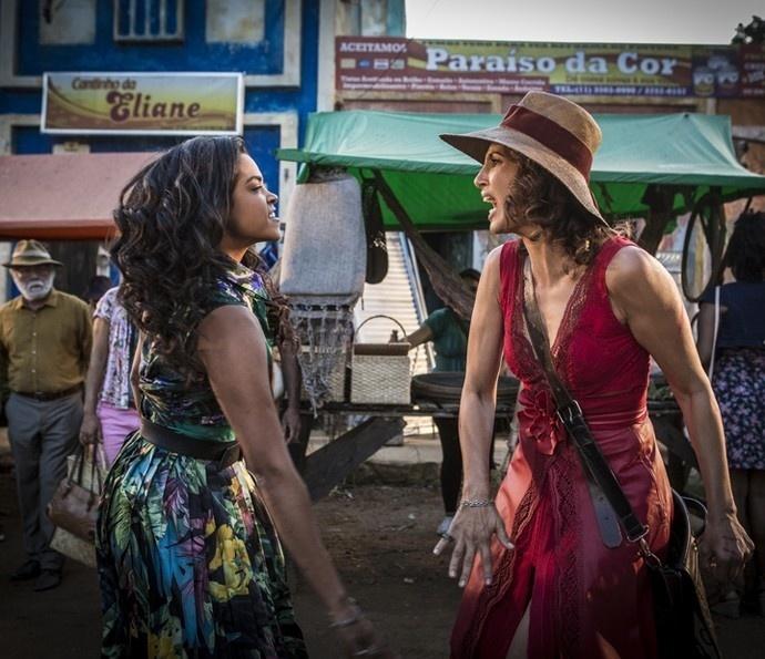 Luzia (Lucy Alves) e Tereza (Camila Pitanga) se estapeiam no meio de uma feira em Grotas do São Francisco em