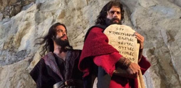 """Sidney Sampaio (Josué) e Guilherme Winter (Moisés) em cena de """"Os Dez Mandamentos"""""""