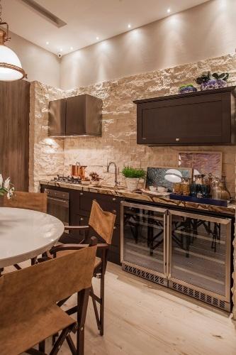 decoracao de cozinha integrada a sala de jantar:na-casa-de-praia-a-cozinha-integrada-a-sala-de-jantar-tem-um-visual