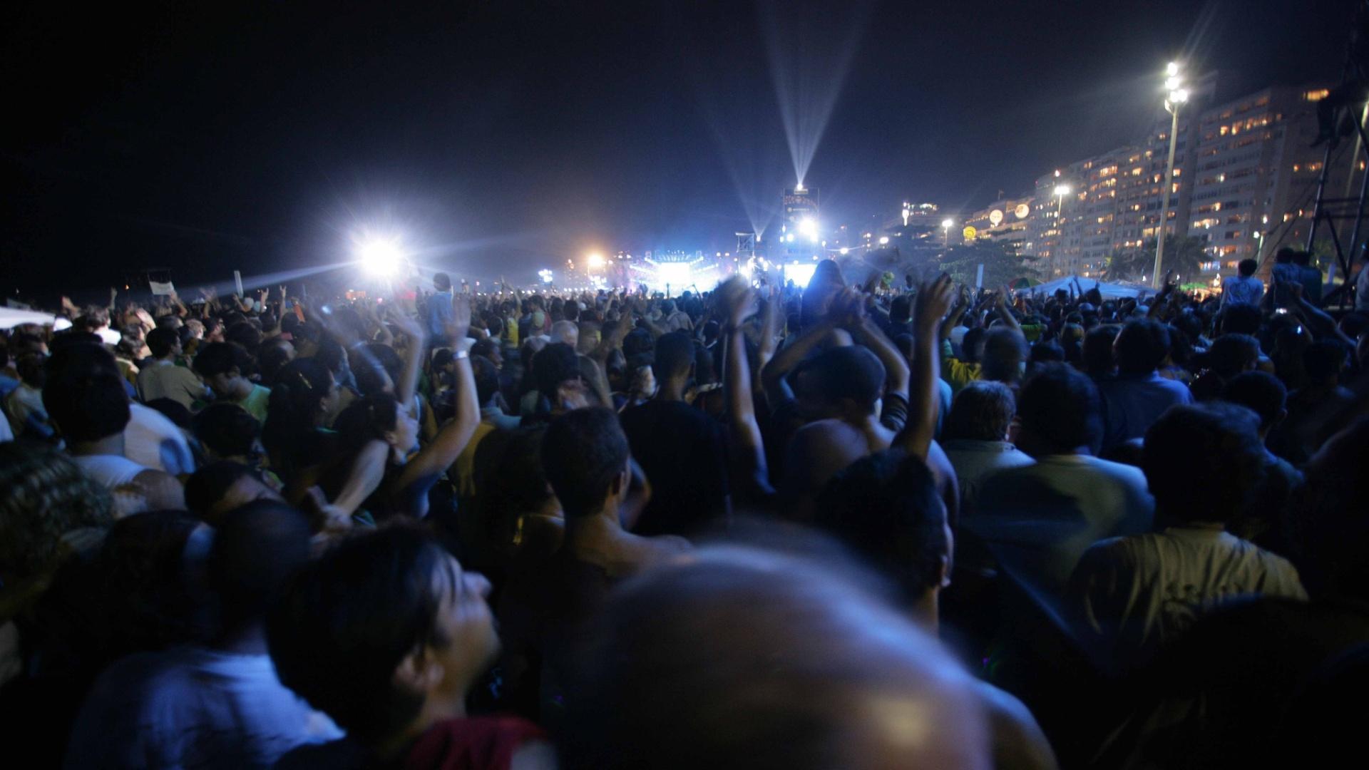 18.fev.2006 - Público assiste ao show dos Rolling Stones, que reuniu 1,2 milhão de pessoas na praia de Copacabana, no Rio de Janeiro