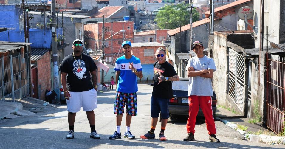 DJ Gu (boné preto) no Jardim Dona Sinhá, na Zona Leste de São Paulo