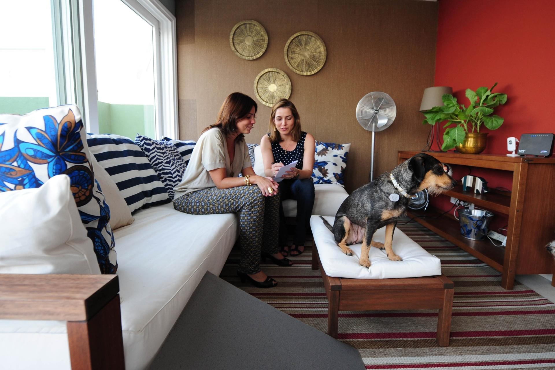 O projeto de reforma e decoração do apartamento do Dr. Pet, criado pelas designers de interiores Daniella Stecconi e Simone Fogassa (foto), adapta os espaços para os cachorros.