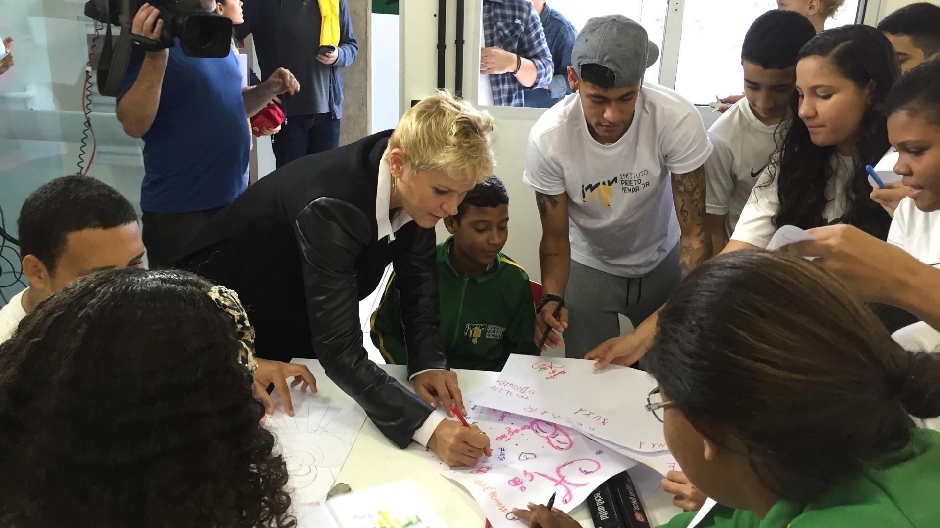 20.ago.2015 - Xuxa e Neymar conversam com crianças atendidas pelo Instituto Neymar Jr. durante visita de Xuxa ao projeto do atacante, na Praia Grande
