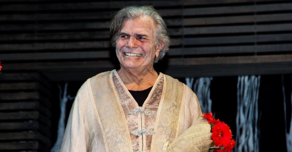 """5.set.2015 - Tarcísio Meira agradece aplausos após o fim da apresentação de estreia de """"O Camareiro"""", no Teatro Porto Seguro, em São Paulo"""