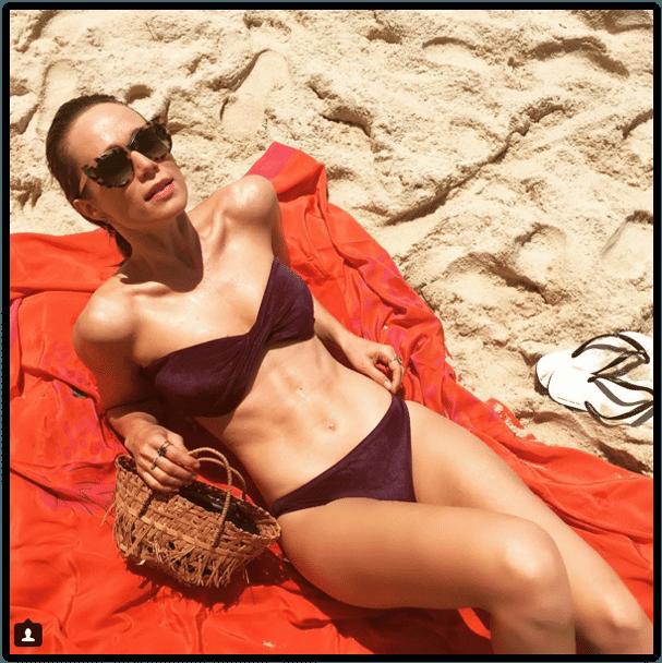 08.jan.2015- Depois de curtir as festa do final de ano fora do Brasil,  Mariana Ximenes  já está de volta ao Rio de Janeiro e com o forte calor dos últimos dias, a atriz resolveu pegar uma praia nesta sexta-feira (8).