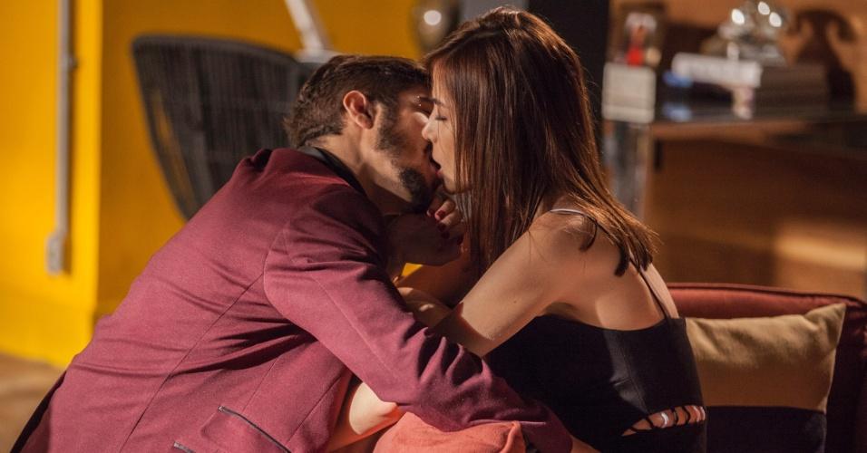 Grego (Caio Castro) e Margot (Maria Casadevall) se beijam em